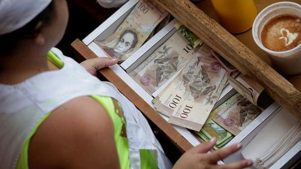 Venezuela: a bűnbandák miatt bevonják a legnagyobb címletű bankjegyet