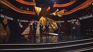 """""""توني إيردمان""""، نجم حفل توزيع جوائز السينما الأوروبية"""