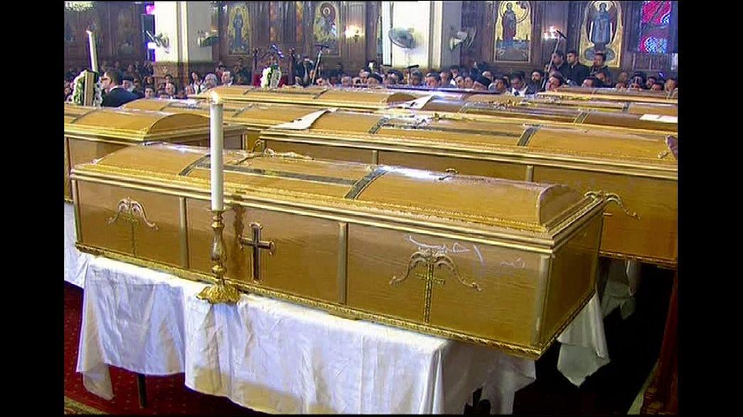 La communauté copte d'Egypte enterre les victimes de l'attentat