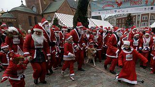 Des milliers de Pères Noël courent à Riga et en région parisienne