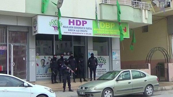 تركيا تعتقل أعضاء في حزب مؤيد للأكراد بعد تفجيري إسطنبول