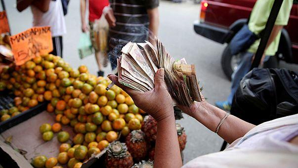 Venezuela closes Colombian border to stop currency 'mafia'