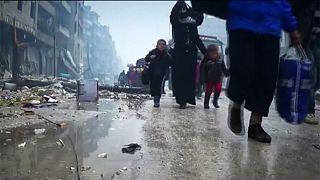 Az utolsó roham előtt menekülnek a civilek Aleppóból