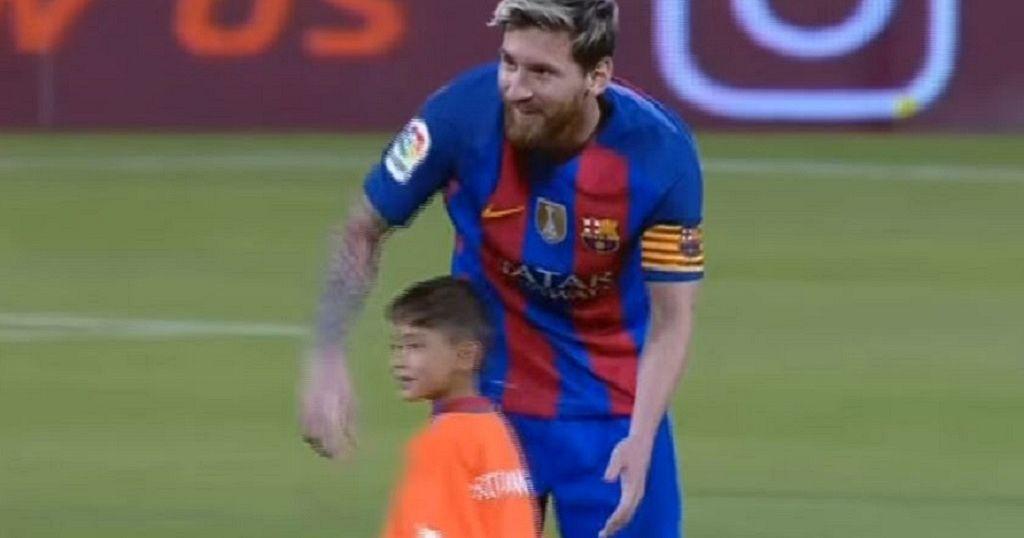 8ed6dba31 Lionel Messi meets  plastic shirt  boy Murtaza Ahmadi