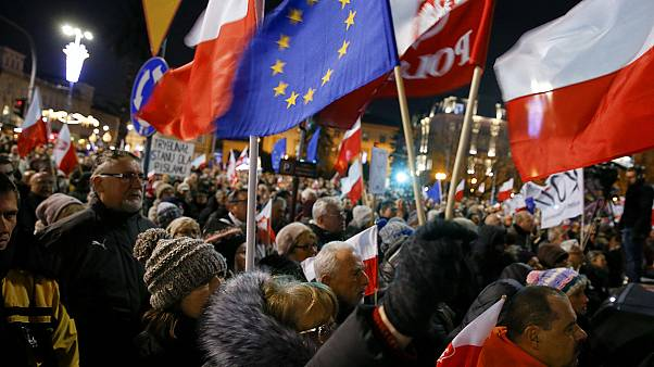 تظاهرات اعتراضی در مراسم بزرگداشت قربانیان استقرار حکومت نظامی در لهستان