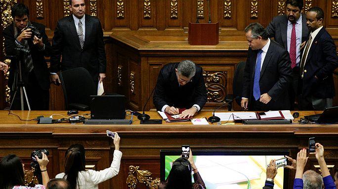 Parlamento venezuelano acusa Maduro de violar direitos humanos e devastar economia do país