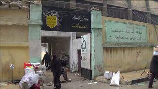 Los vecinos de Alepo entran en los cuarteles de Jaish al Islam buscando comida