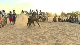 Les jeunes à l'école de la lutte en Gambie [no comment]