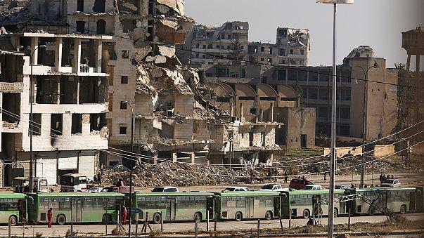 Megkezdődött Aleppó ostromlott részének kiürítése
