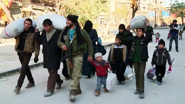 بعد دمار حلب... المدنيون و مقاتلو المعارضة يغادرونها