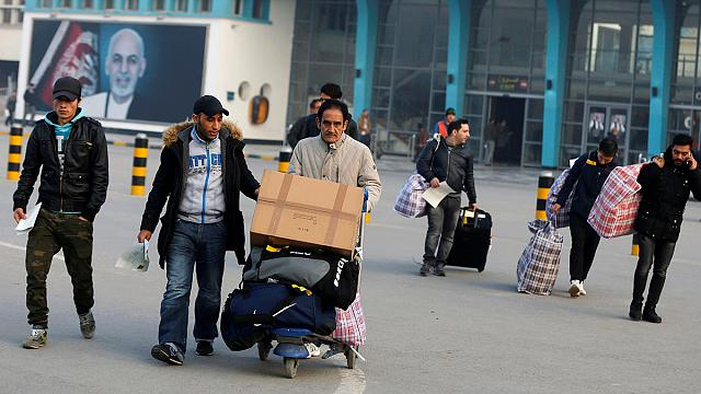 ألمانيا تُرحَلُ خمسين لاجئا أفغانيا