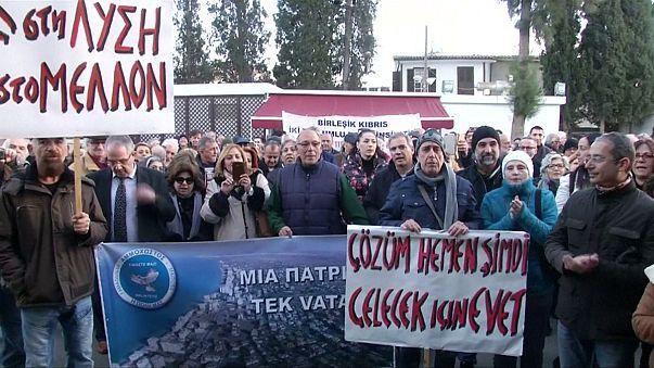 Des Chypriotes grecs et turcs marchent pour la réunification de l'île