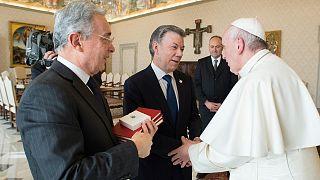 """Paz en Colombia: el papa Francisco """"media"""" entre Santos y Uribe en el Vaticano"""