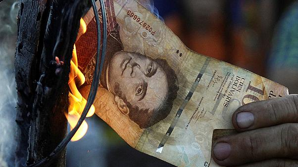مظاهرات في فنزويلا بسبب اختلالات سَحْبِ ورقة نقدية كثيرة التداول من السوق