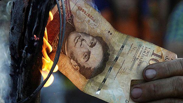 Venezuelanos protestam por retirada de notas e falta de liquidez