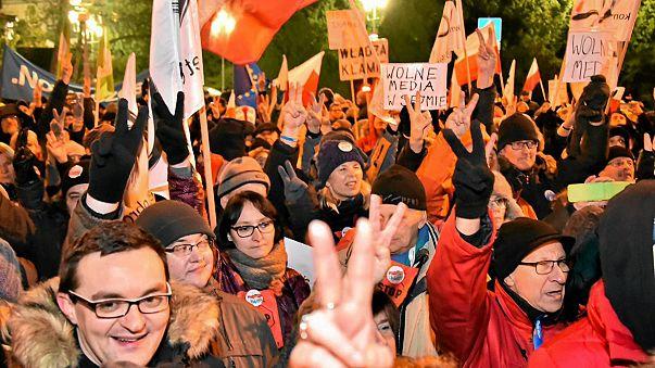 A sajtószabadságért tüntettek a lengyel parlamentnél