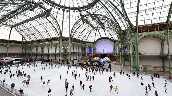 Patinar sobre hielo bajo la cúpula del Grand Palais de París