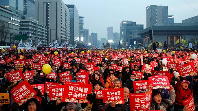 انقسام الشارع في كوريا الجنوبية بين مؤيد ومعارض لإقالة الرئيسة
