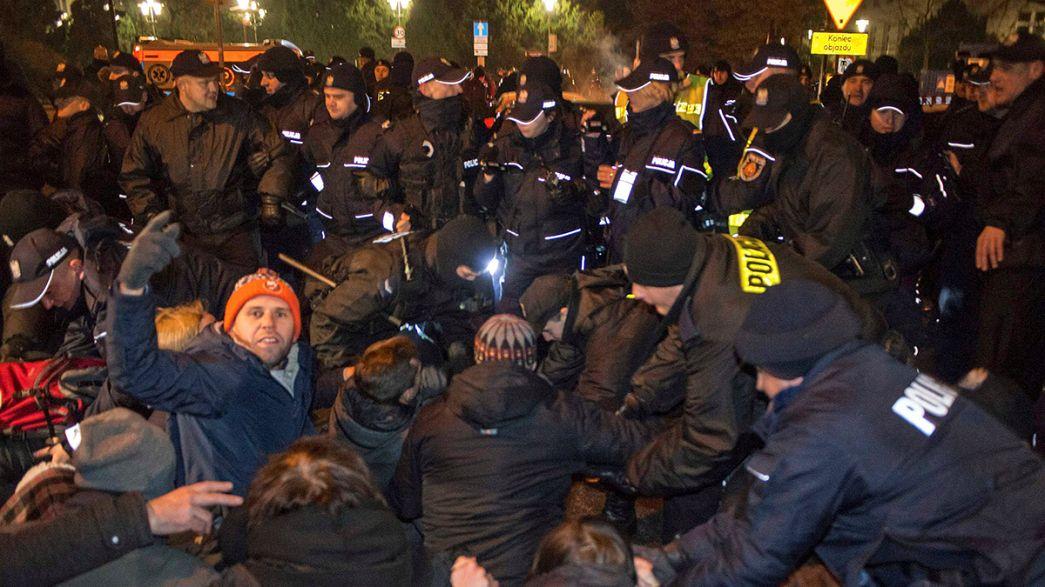 Milhares protestam em Varsóvia contra restrições aos meios de comunicação
