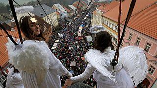 ملائكة تخرج من برج الكنيسة
