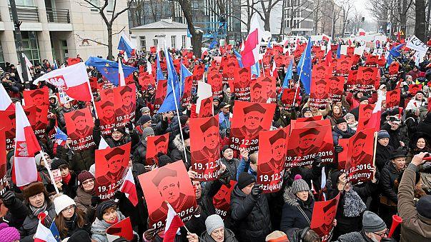 El presidente polaco se reúne con los partidos y las protestas siguen en la calle