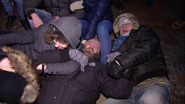 Polonya'da gazetecilerin parlamentoya girişini kısıtlamak isteyen hükümete tepki dinmiyor