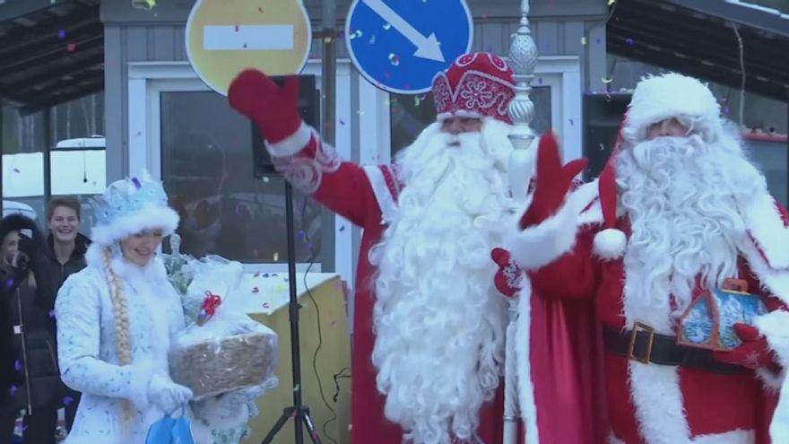 """Intercambio de regalos entre """"santas"""" en la frontera entre Finlandia y Rusia"""