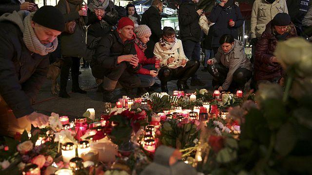 Бранденбургские ворота — в цветах национального флага в знак траура
