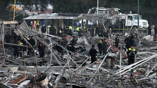 Morte e destruição em pira gigante de fogo-de-artifício