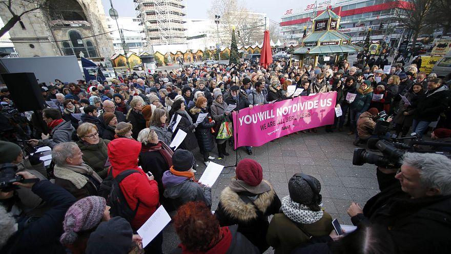 Nach Anschlag: Flüchtlinge und Berliner singen gegen den Terror