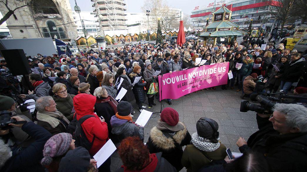 """""""Berlim permanece unido"""": Pessoas prestam homenagem às vítimas do atentado"""