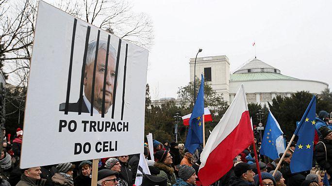 Polonia: nuovo avvertimento Ue su stato di diritto, a Varsavia non si ferma la protesta