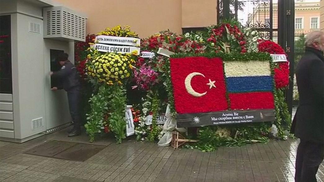 Cordoglio al consolato russo di Istanbul dopo l'uccisione dell'ambasciatore russo ad Ankara