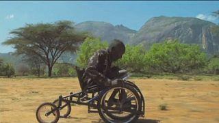 Au Kenya, un jeune entrepreneur lance le tout premier fauteuil roulant tout terrain