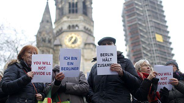 Énekelve emlékeztek meg a berlini terrortámadás áldozatairól