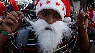 Paquistão: Chapéus de natal oferecidos na marcha de Pais Natais