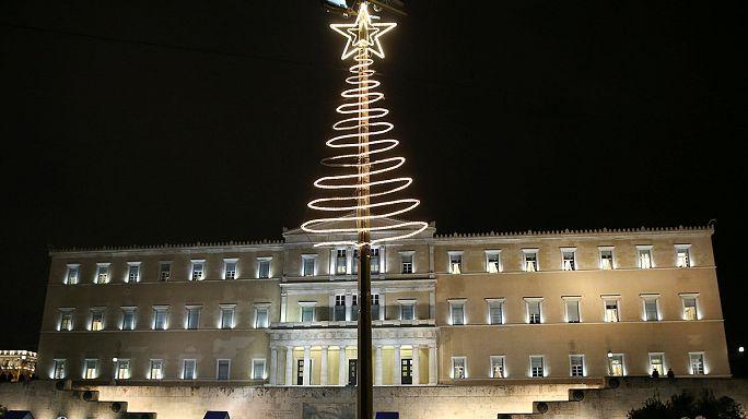 """Grécia: Reformados começam a levantar """"Bónus de Natal"""""""