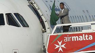 Dos libios proGadafi desvían un avión a Malta y se entregan tras liberar a los pasajeros