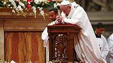 El papa recuerda en la 'Misa del Gallo' a los niños que viven bajo las bombas y a los migrantes