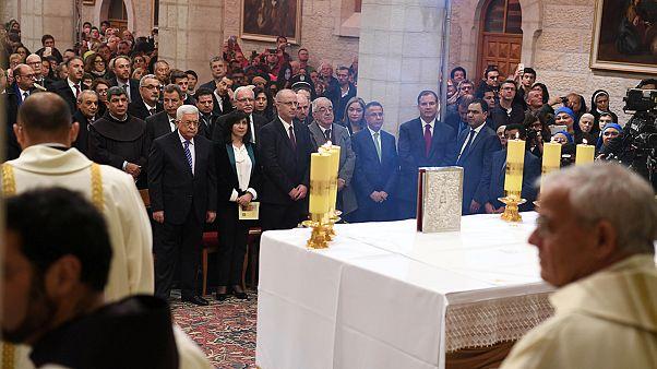 Πλήθος πιστών στη Βασιλική της Γεννήσεως για τη χριστουγεννιάτικη Θεία Λειτουργία