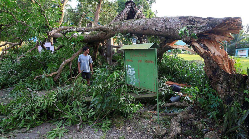 """Intensidade do tufão """"Nina"""" abranda depois de atingir as Filipinas"""