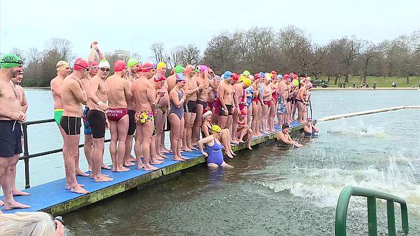A Szerpentin hideg vizével küzdöttek az úszók Londonban