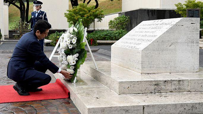 رئيس وزراء اليابان في بيرل هاربور ترحما على أرواح ضحايا هجوم 1941م