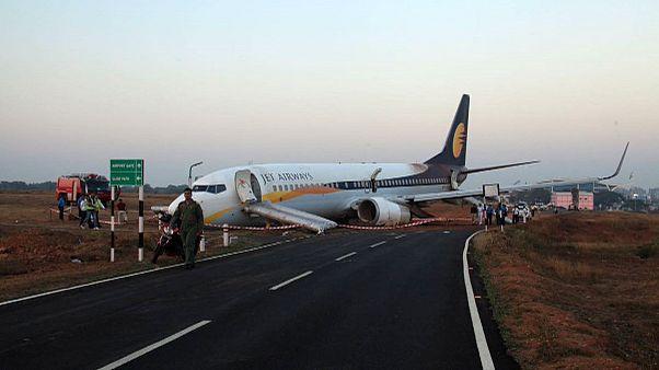 Hindistan'da yolcu uçağı pistten çıktı