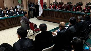 İslam'a hakaretle suçlanan Cakarta'nın Hristiyan valisi hakim karşısına çıktı