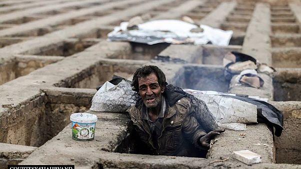 Images : des Iraniens sans-abris se réfugient dans des tombes vides pour lutter contre le froid