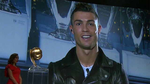 كريستيانو رونالدو يتوج بلقب جائزة جلوب سوكر كأفضل لاعب في العالم