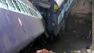 Descarrilamento de comboio na India mata duas pessoas
