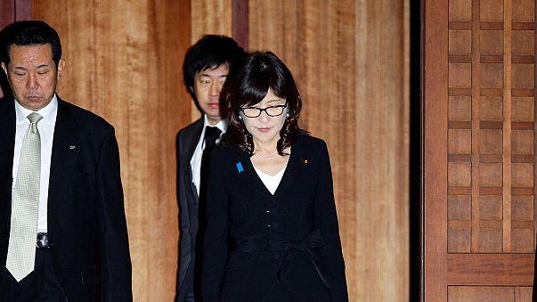 Japonya savunma bakanı tartışmalı tapınağı ziyaret etti