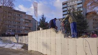 Власти Косова решили разрушить стену, построенную сербами в Косовска-Митровице
